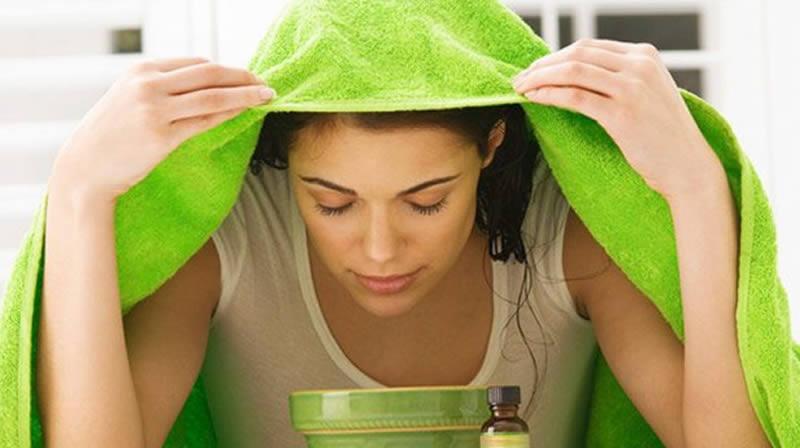 женщина накрылась полотенцем