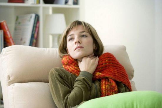 женщина с компрессом на горле