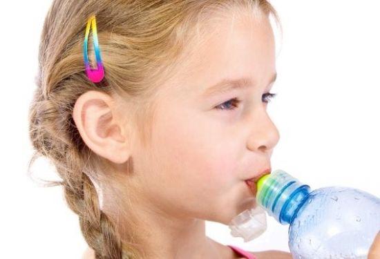 Ребенок пьет воду с бутылки