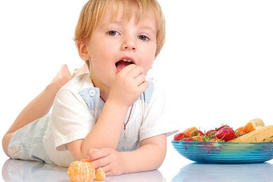 Ребенок кушает мандарин