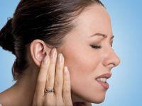 женщина держится за ухо